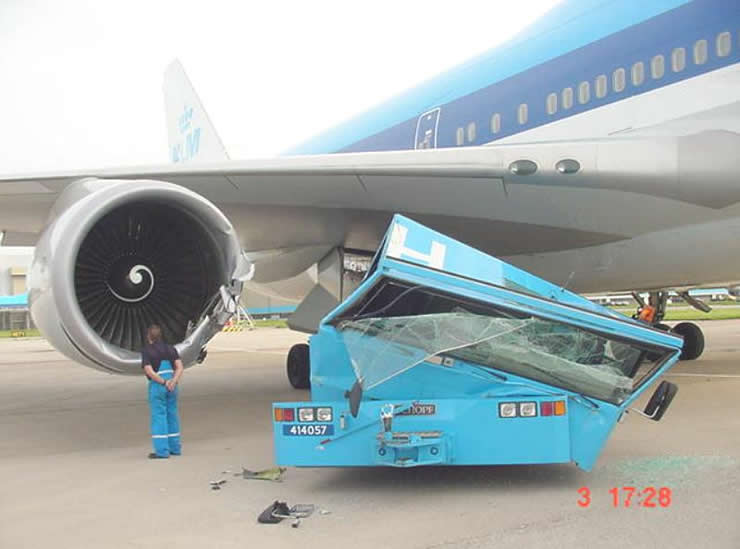 klm boeing 747 lands on aircraft tug
