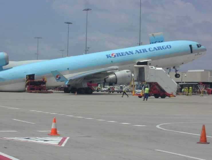 korean air cargo dc10 tail falls to tarmac from overloading