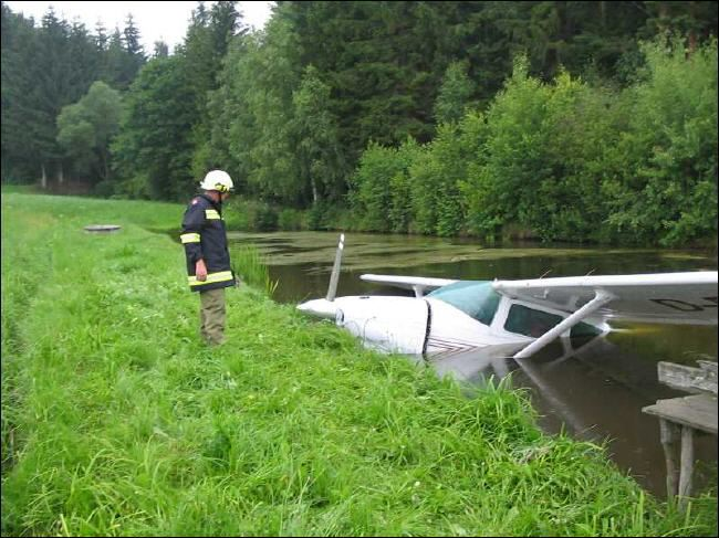 cessna crashes into river