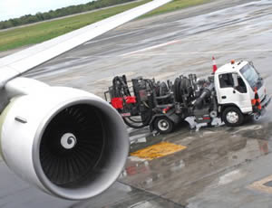 fuel truck refuelling airplane
