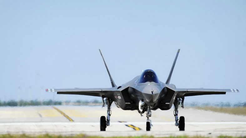 f-35 jsf fighter jet on runway