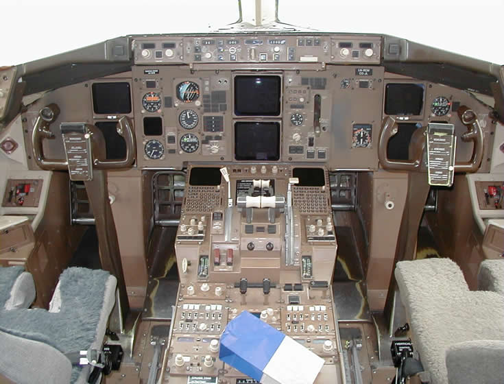boeing 767 cockpit photo